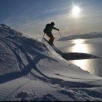 Tragen Sie einen Helm und fahren Sie sicher Ski!